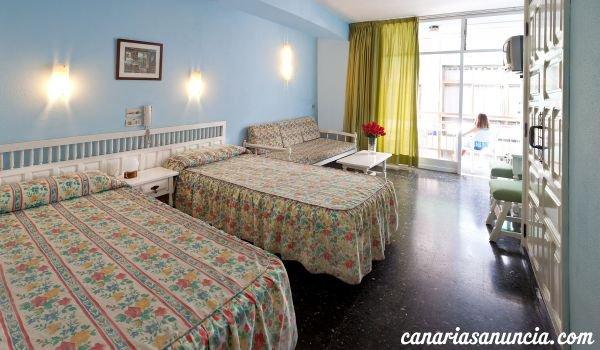 Castillo Playa - habitacion_azul_ventana_001